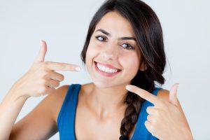 Lächelnde Frau mit perfekten Zähnen