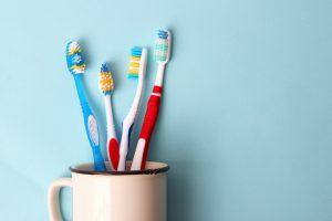 Zahnbürsten vor blauem Hintergrund