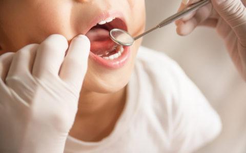Kind lässt sich vom Zahnarzt behandeln
