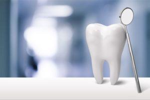 Zahn mit Zahnspiegel.