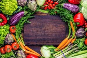 Verschiedene Gemüsesorten in einem Kreis zusammengelegt.
