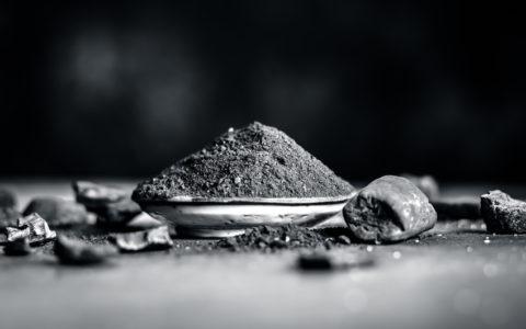 Nahaufnahme von Kohlepulver für Zahnschmerzen und Zahnpasta des traditionellen Asiens.