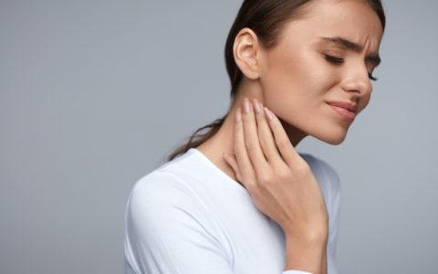 Frau mit Schmerzen. Nahaufnahme einer schönen jungen Frau mit schmerzhaften Zahnschmerzen, die ihr Gesicht mit der Hand berührt. Trauriges gestresstes Mädchen mit starken Zähnen, Kiefer- oder Nackenschmerzen. Zahngesundheit und Zahnpflege.
