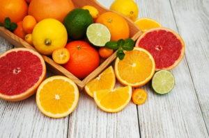 Verschiedenes Obst wie Orangen und Limetten.