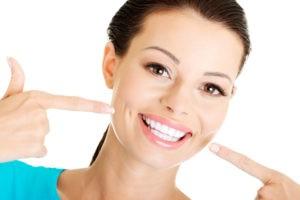 Lächelnde Frau mit weißen Zähnen.