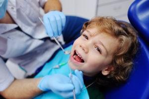 Lächelndes Kind beim Zahnarzt.