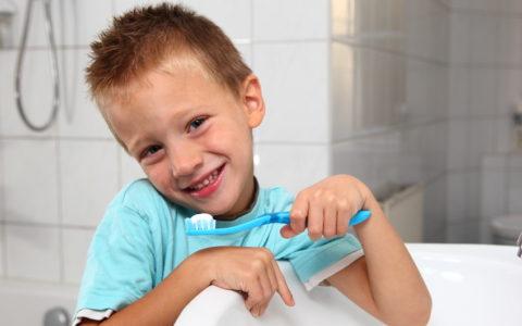 Kind, das sich die Zähne putzt