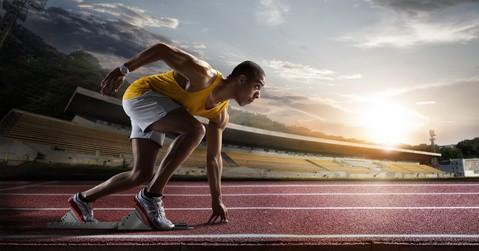 Sport. Sprinter verlässt die Startblöcke auf der Laufbahn.