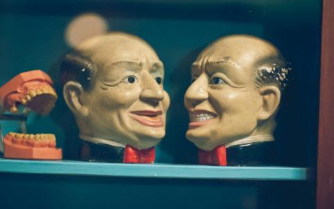 Menschliches Kopfmodell und Prothesenmodul im Vintage-Stil.