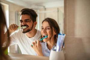 Paar, das zusammen Zähne putzt.