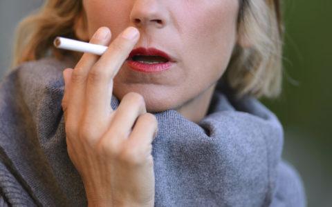 Geschlossene Aufnahme einer rauchenden Frau