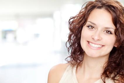 schönes brünettes Mädchen Lächeln Porträt in einem Innenhintergrund