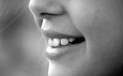 Lächelnde Frau mit abgebrochenem Zahn