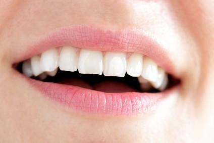 Nahaufnahme, lächelnde Frau mit weißen Zähnen