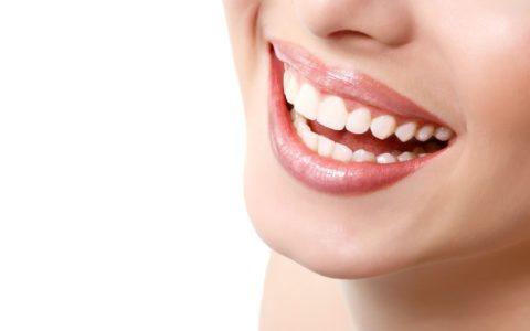 Close-Up, lächelnde Frau mit weißen Zähnen