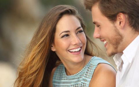 lachendes Paar mit einem perfekten weißen Lächeln