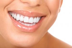 Lächelnde Frau mit weißen Zähnen