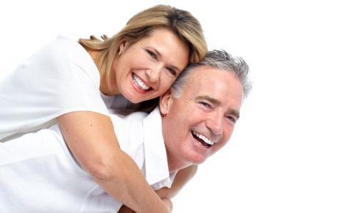 Lächelndes älteres Paar mit weißen Zähnen