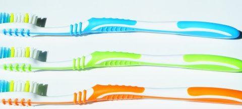 Drei neue und bunte Zahnbürsten