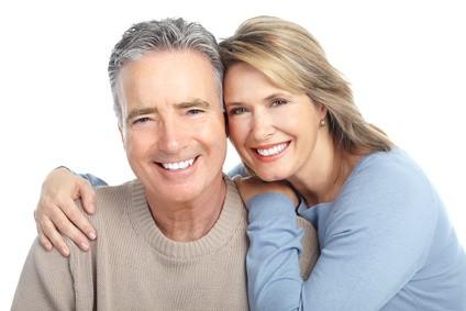 Älteres verliebtes Paar. Isoliert über weißem Hintergrund