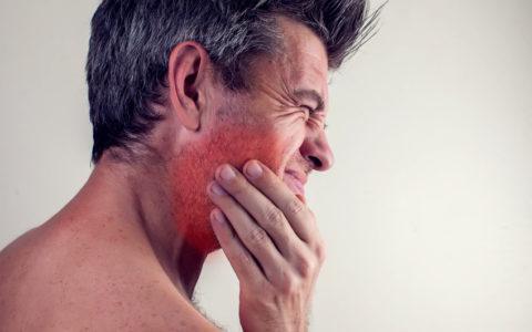 Mann fühlt starke Zahnschmerzen. Konzept Menschen, Gesundheitswesen und Medizin.