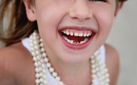 6-jähriges Mädchen verliert ihre zwei unteren Milchzähne und es kommen neue Zähne