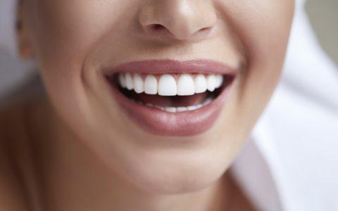 Gesundes weißes Lächeln aus nächster Nähe. Schöne Frau mit perfektem Lächeln, Lippen und Zähnen. Wunderschönes Model-Girl mit perfekter Haut. Aufhellung der Zähne.