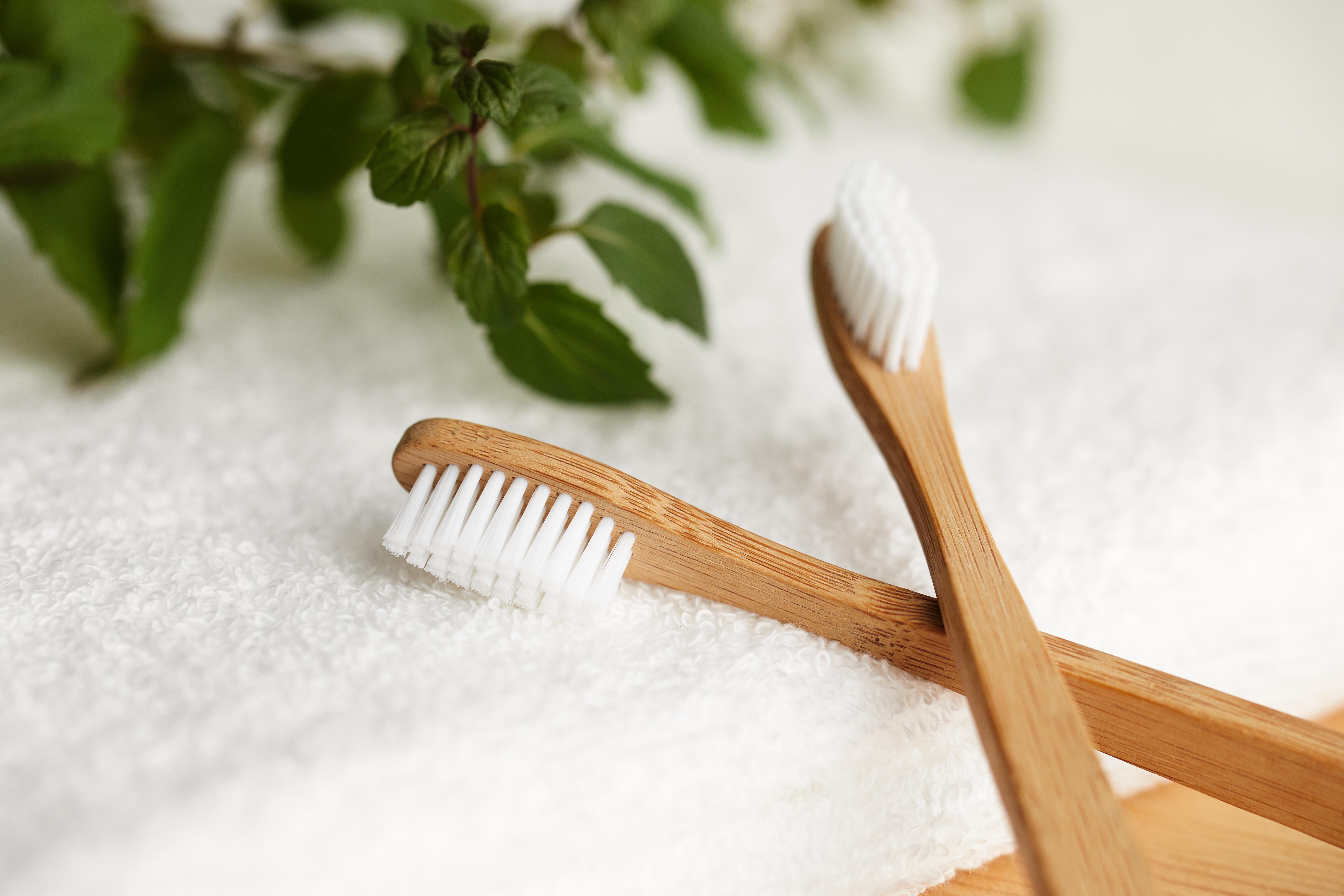 Zwei Bambus Zahnbürsten auf einem weißen Handtuch